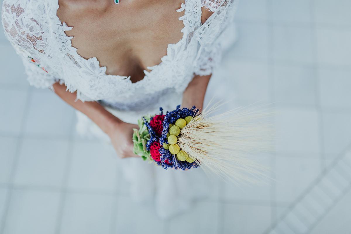 bouquet con fiori di campo, spighe e lavanda