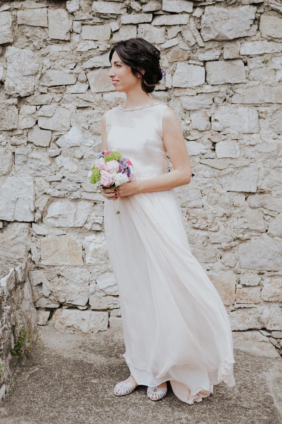 sposa con bouquet rosa, verde e viola