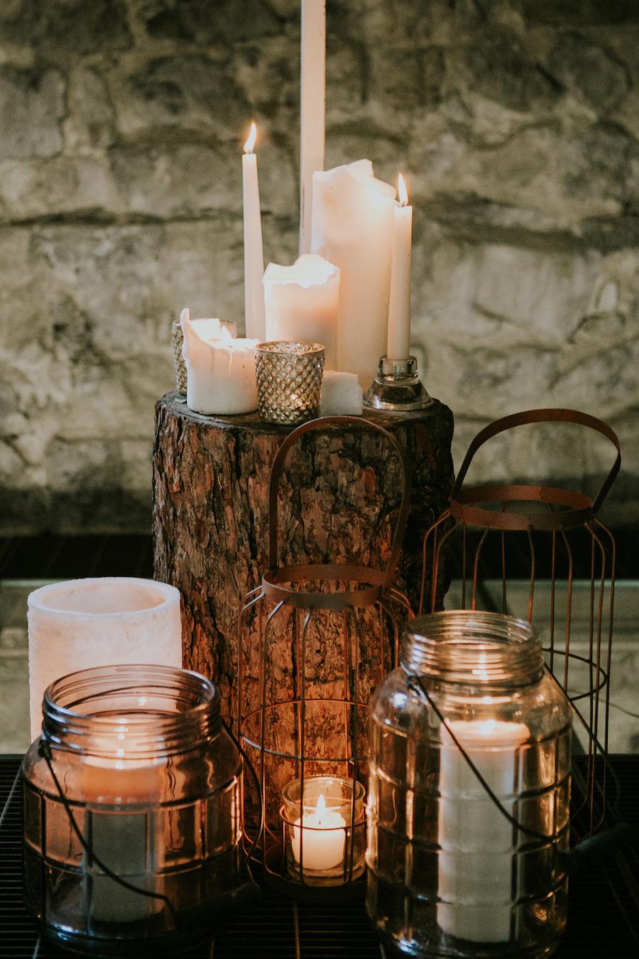allestimento cerimonia con candele, lanterne e legno