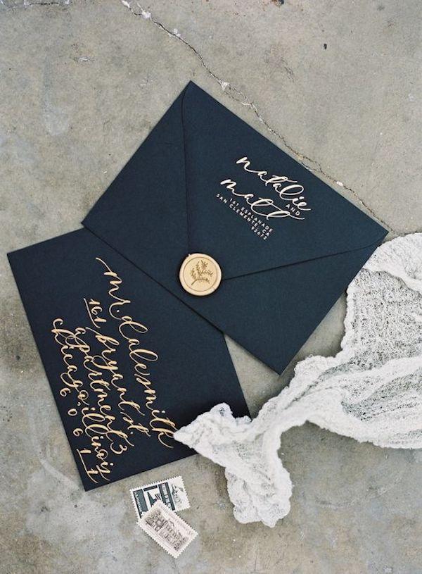 partecipazione in nero con calligrafia oro