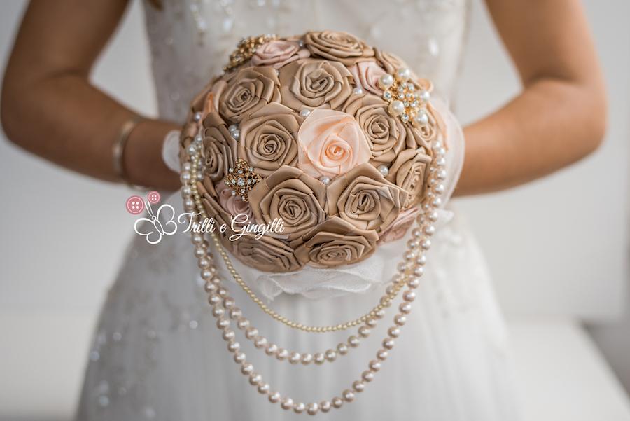 bouquet gioiello con rose di raso - trilli e gingilli