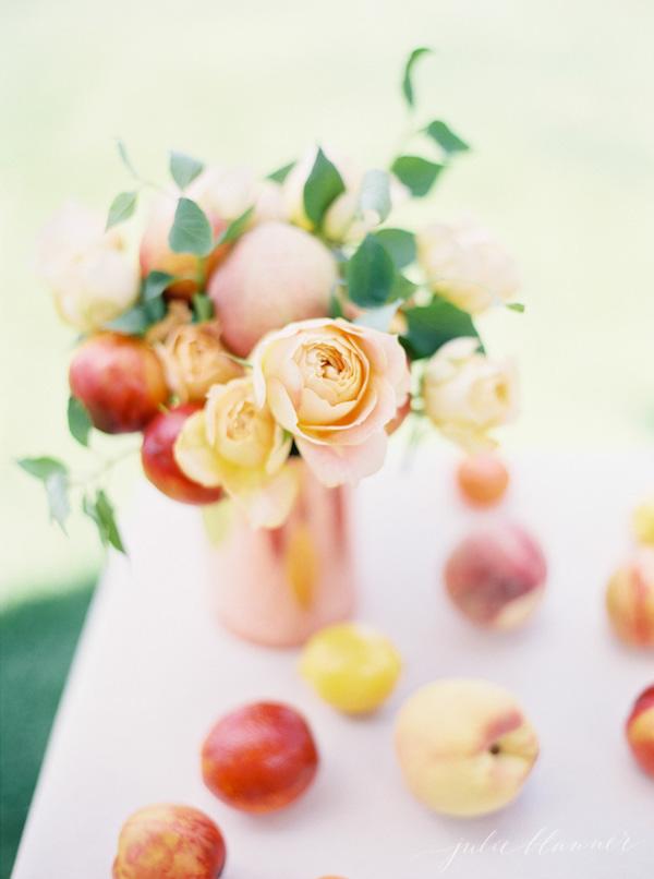centrotavola fai da te con fiori e frutta