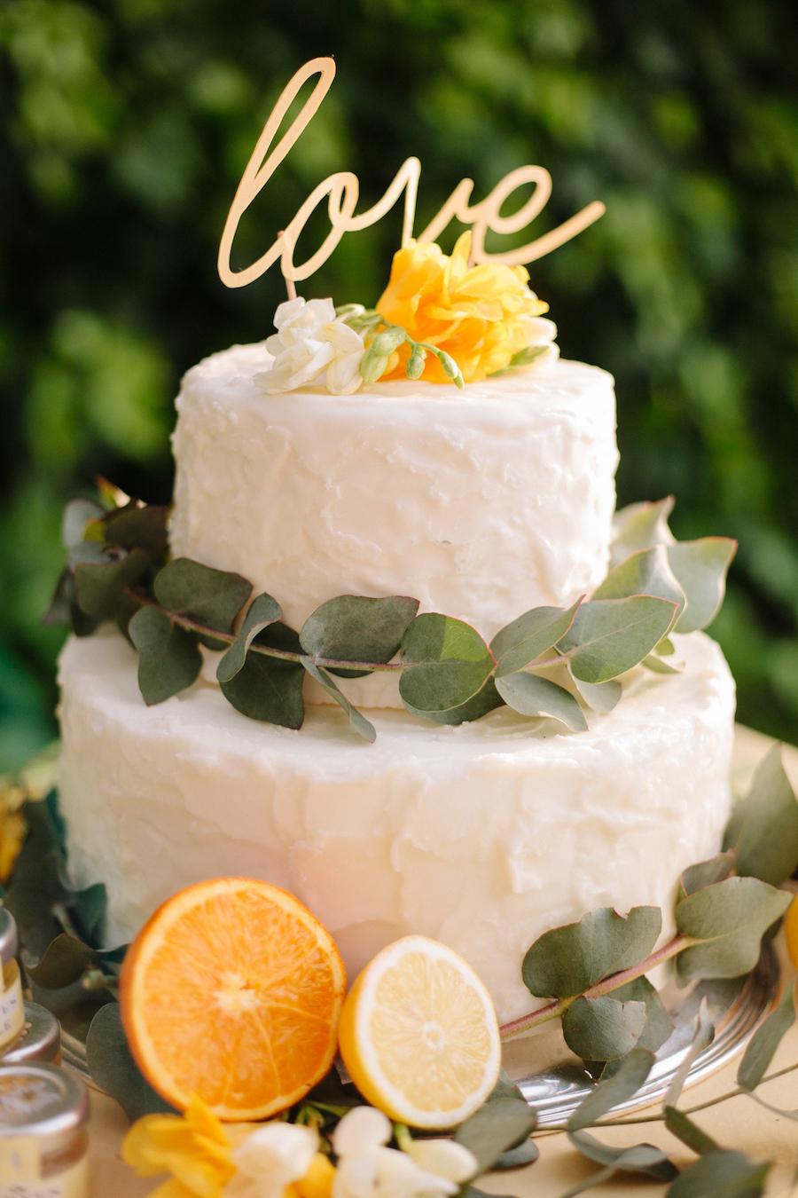 torta decorata con eucalipto e agrumi