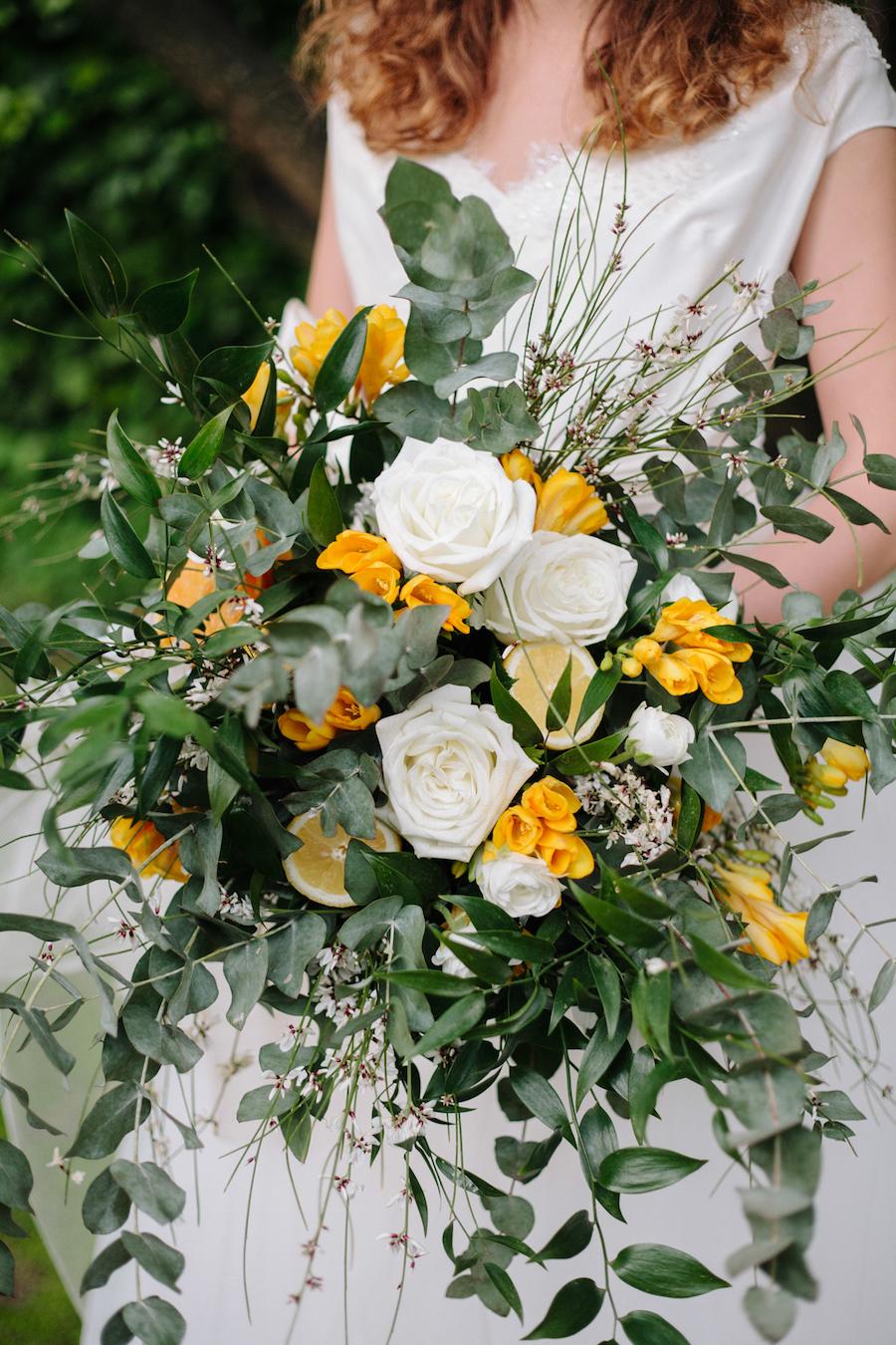 bouquet organico bianco, verde e arancione