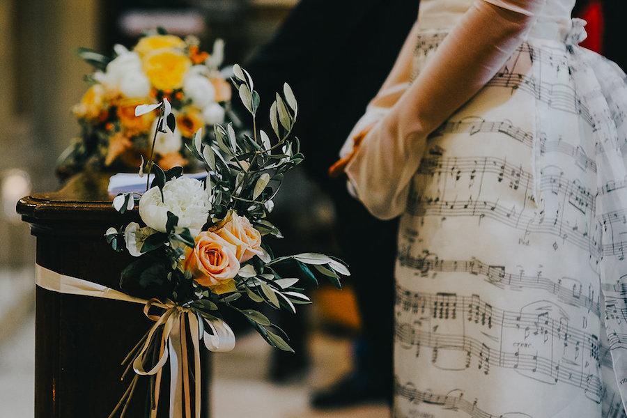allestimento chiesa con fiori bianchi e pesca
