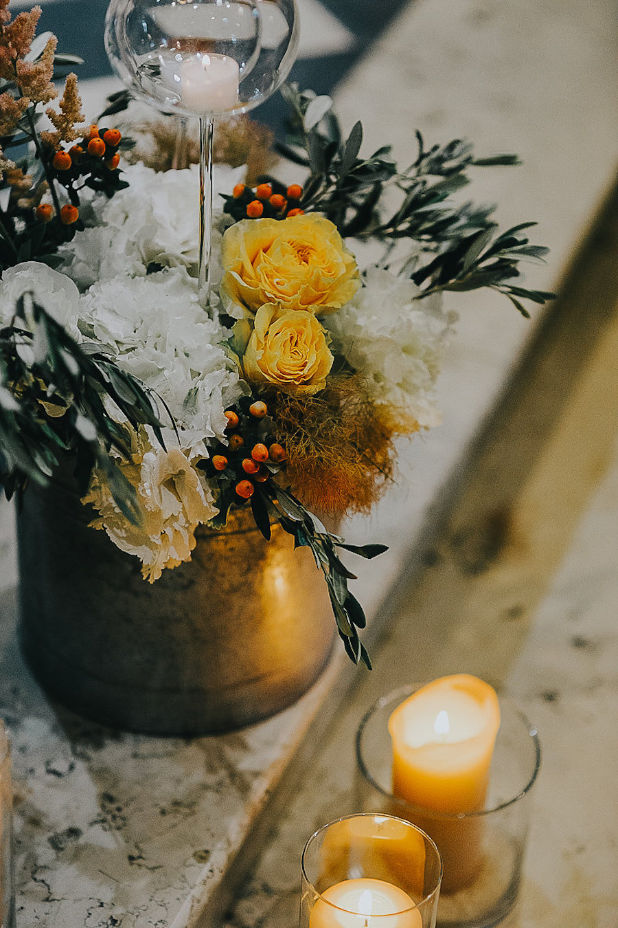 allestimento chiesa con fiori bianchi, gialli e arancioni