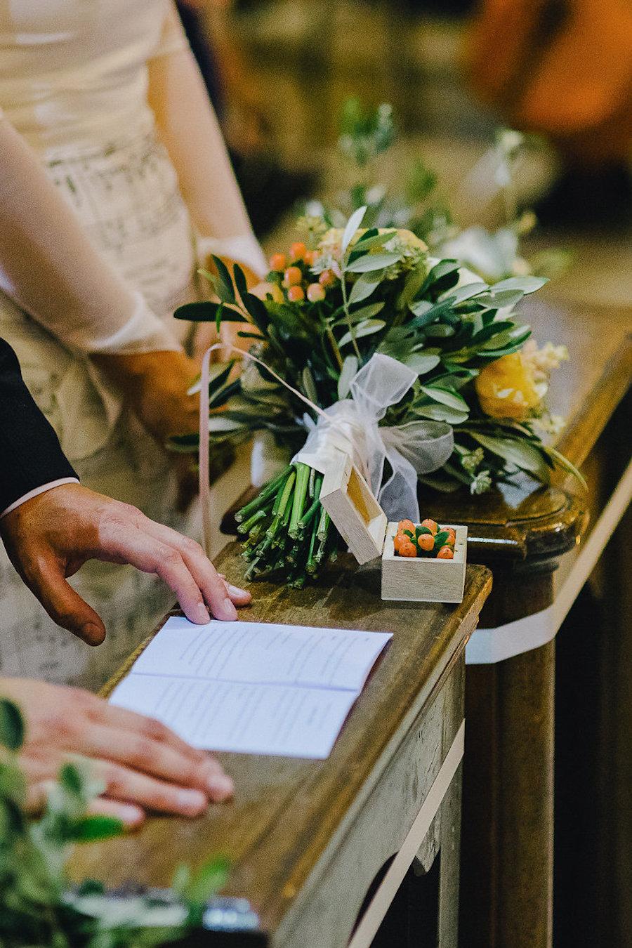 bouquet giallo, verde e arancione e scatola portafedi con bacche
