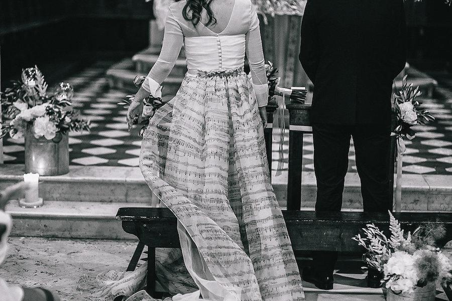 abito da sposa con note musicali