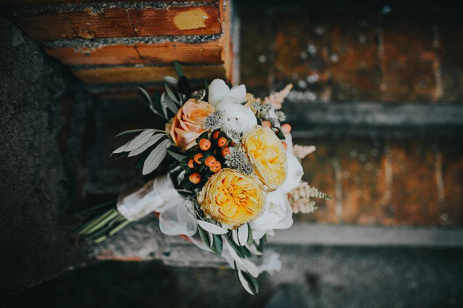 bouquet giallo e arancione con rose da giardino e bacche