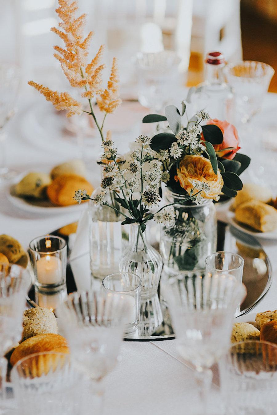 centrotavola con fiori bianchi e arancioni