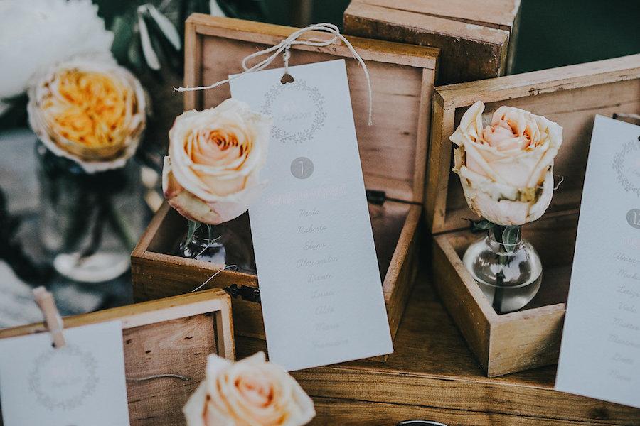 tableau de mariage con cofanetti di legno e fiori