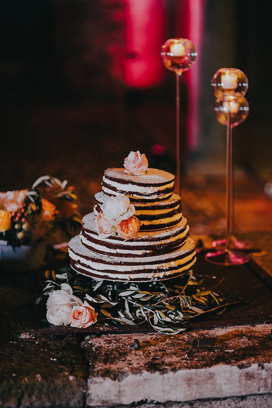 naked cake con fiori bianchi e pesca
