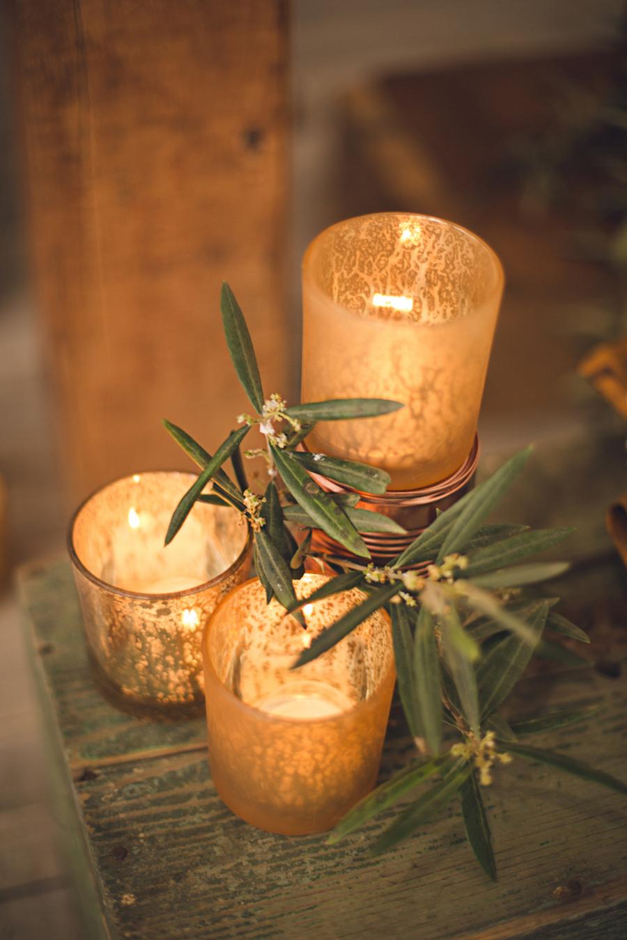allestimento con candele e barattoli rame