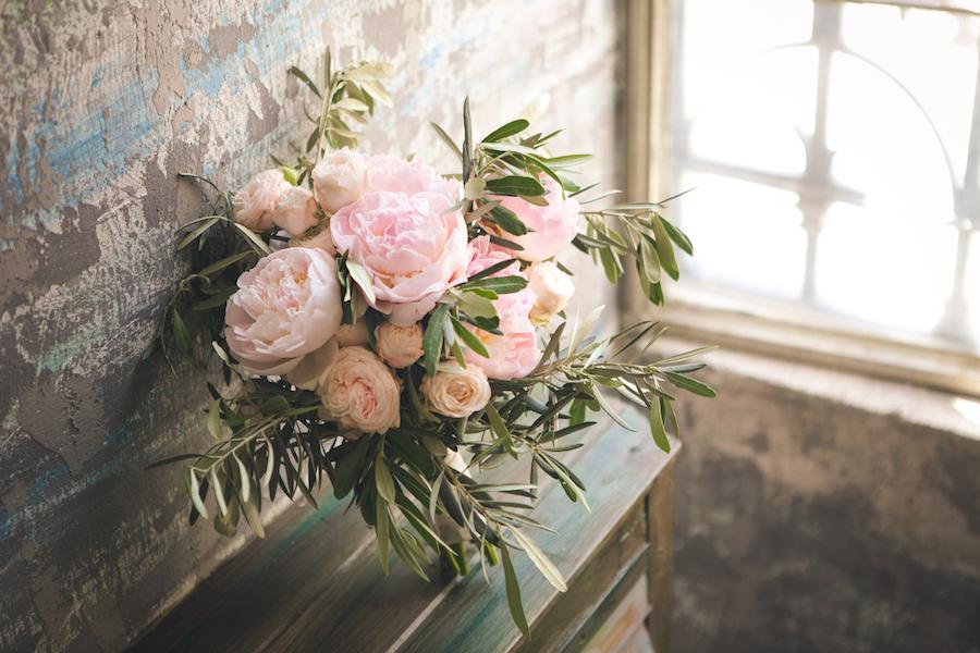bouquet con rose inglesi rosa e foliage