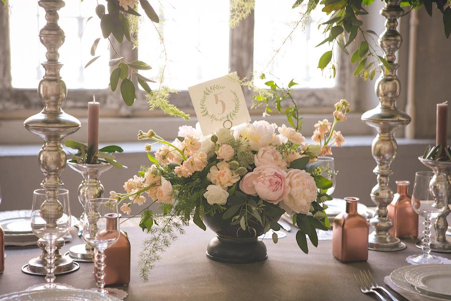 centrotavola con peonie e rose da giardino