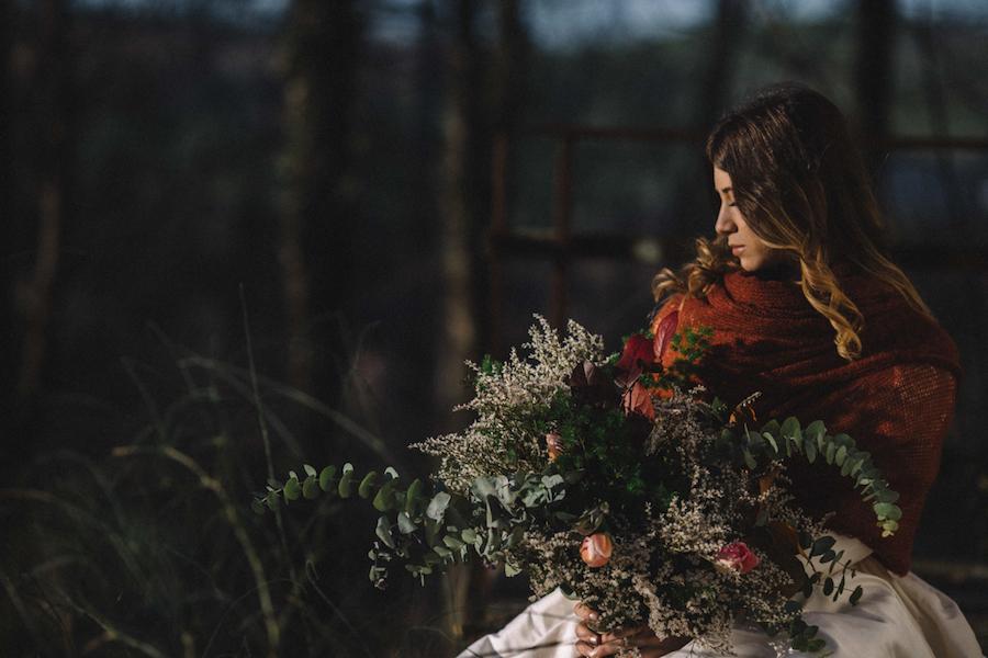 sposa invernale con bouquet oversize