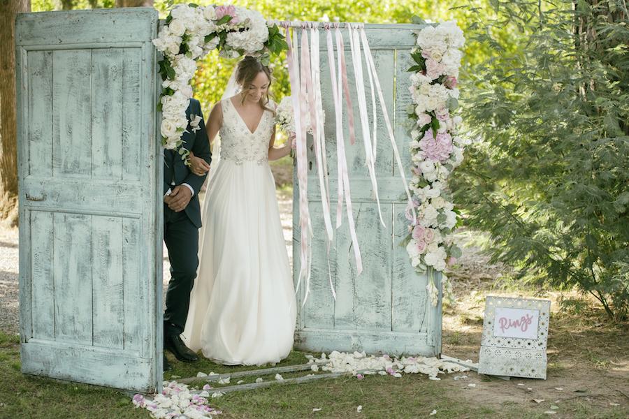 allestimento cerimonia con porta vintage