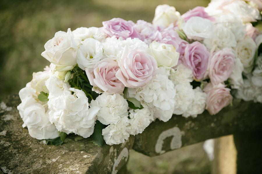 composizione floreale con rose bianche e rosa