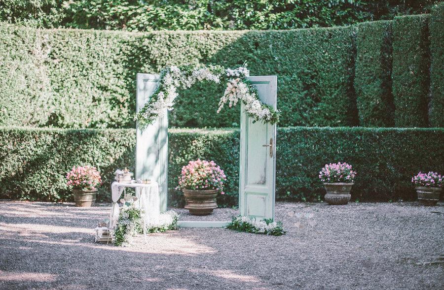 arco nuziale con portone vintage