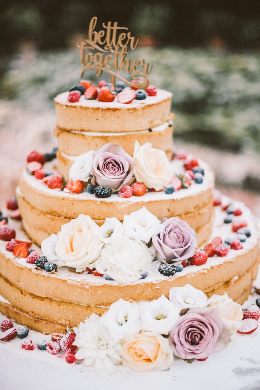 naked cake con fiori e frutti di bosco