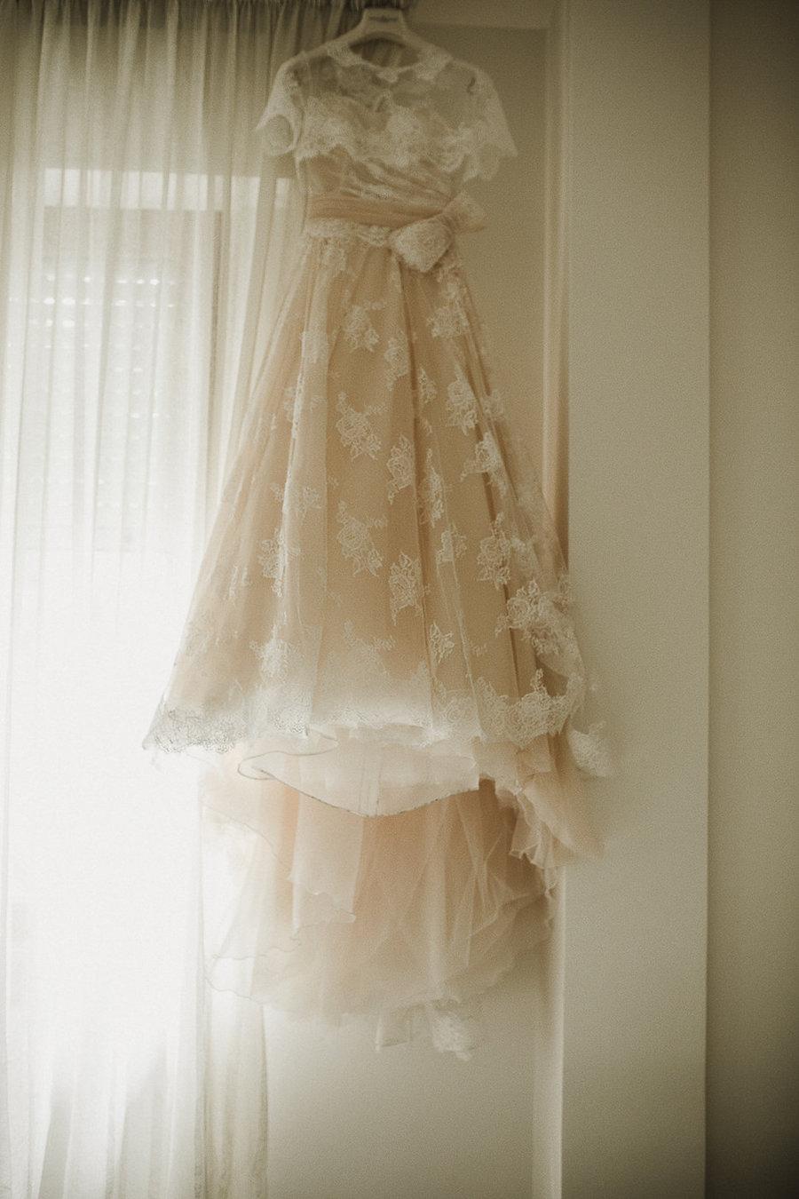 abito da sposa di pizzo rosa cipria