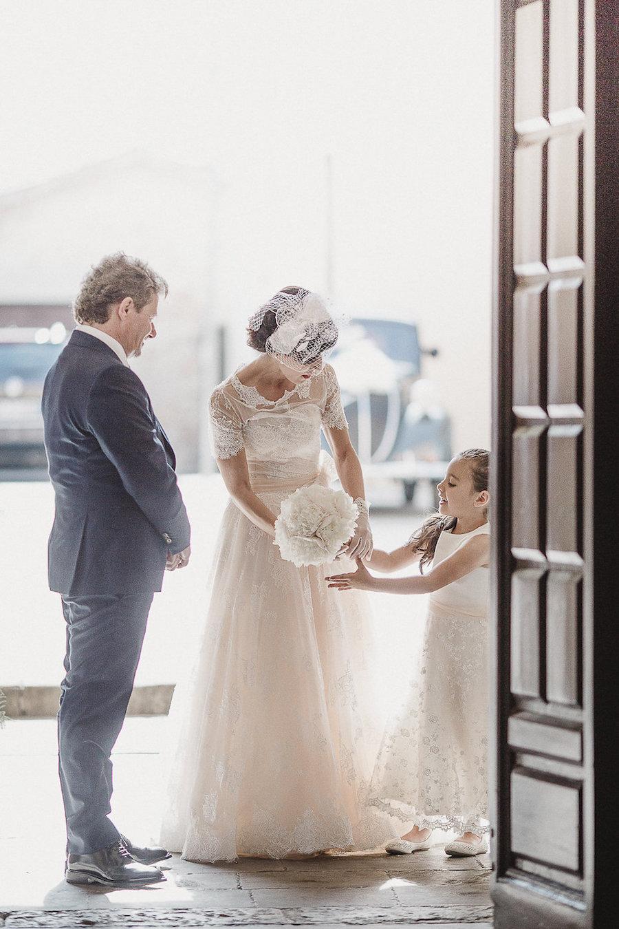 sposa con abito rosa cipria e veletta