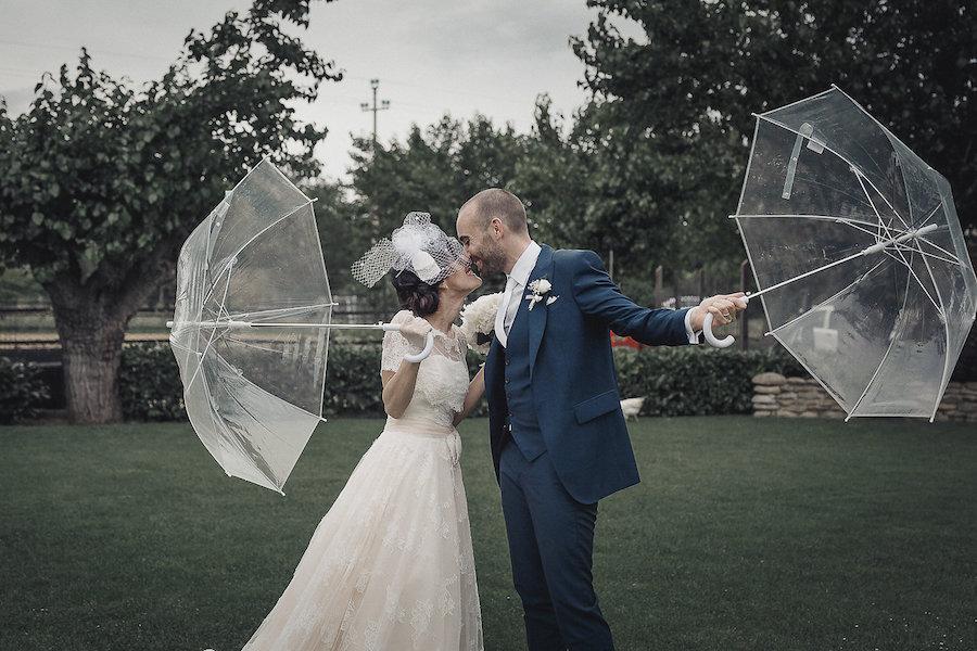 sposi sotto la pioggia