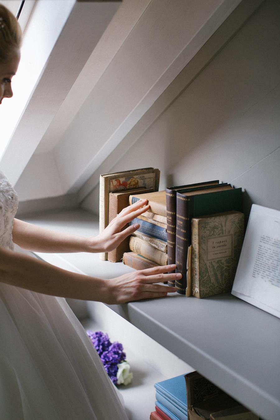 sposa con libri vintage