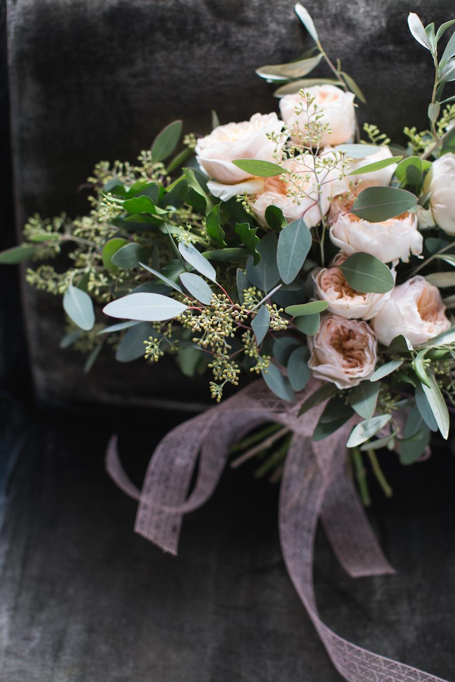 bouquet con rose da giardino cipria e eucalipto