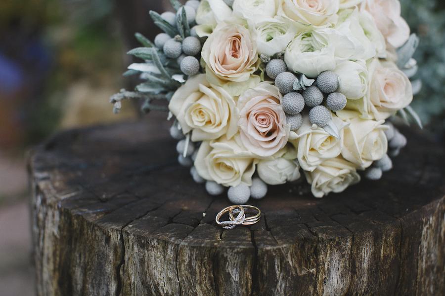 bouquet con rose, ranuncoli e bacche di silver brunia