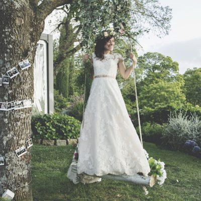 Una cerimonia religiosa all'aperto per un matrimonio bohémien