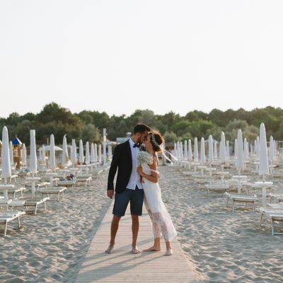 Un matrimonio giallo girasole e una festa sulla spiaggia