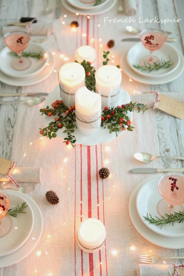 tavola di natale con bacche e luci