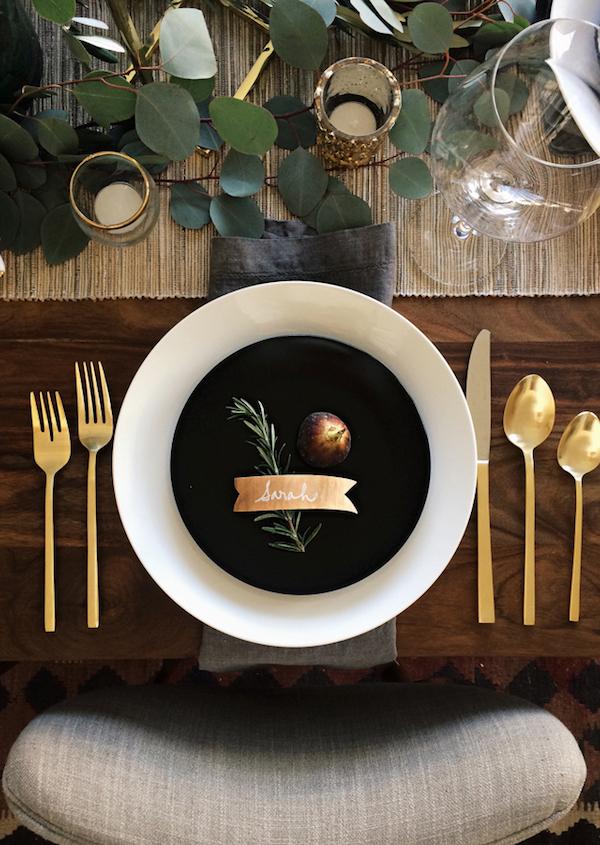 tavola di natale con eucalipto e oro