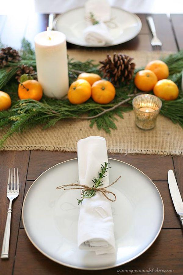 tavola di natale con mandarini e pigne