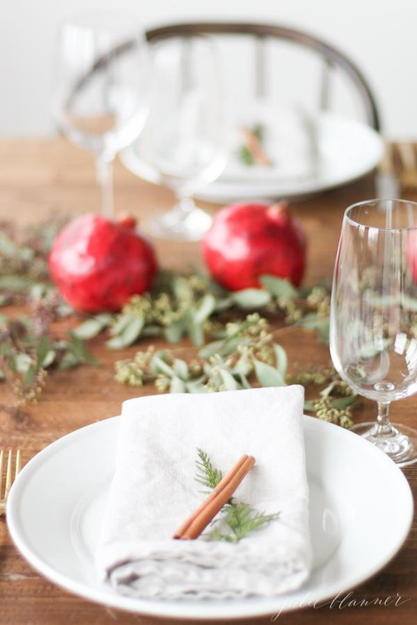 tavola di natale con melagrane e cannella
