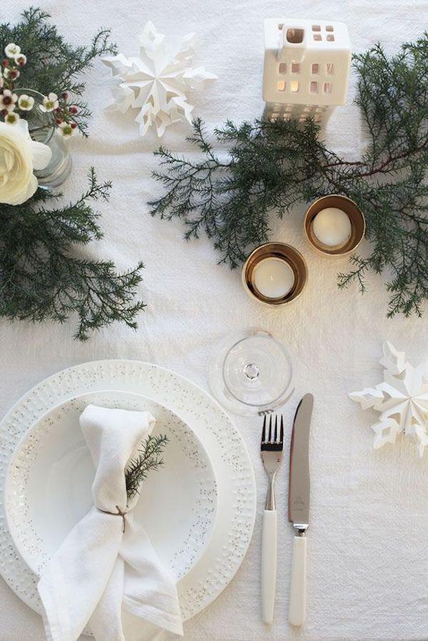tavola di natale con rami di pino