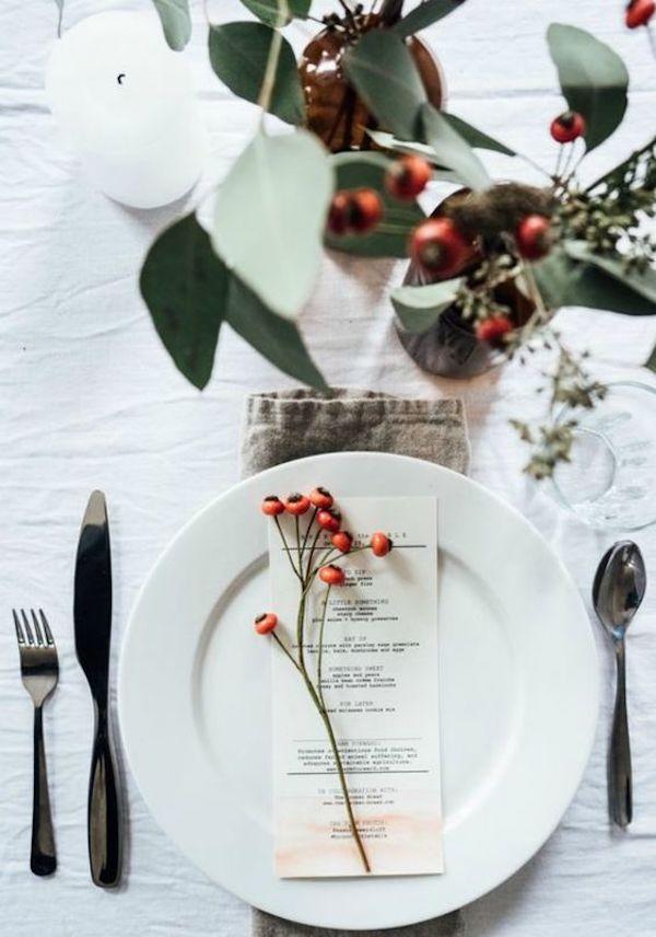 tavola di natale semplice con bacche