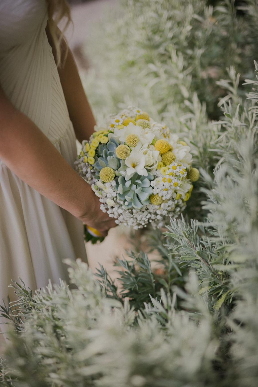 bouquet con camomilla, craspedia e succulente
