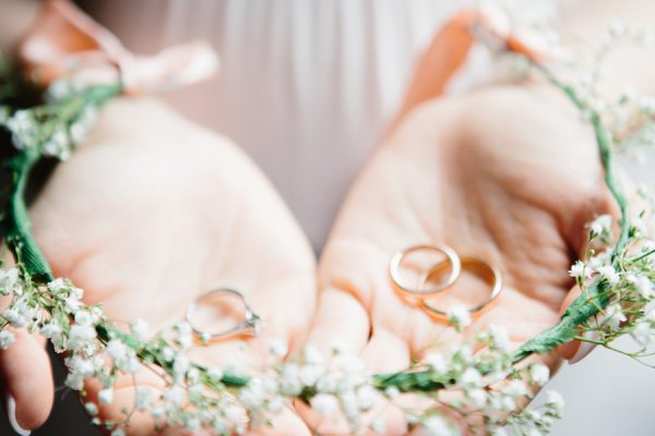 Un matrimonio romantico in bianco e rosa