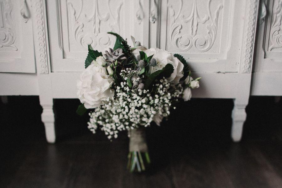 bouquet bianco, verde e grigio