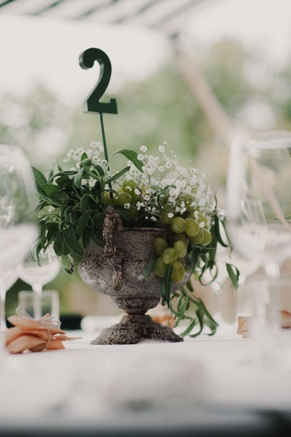 centrotavola con uva ed erbe aromatiche