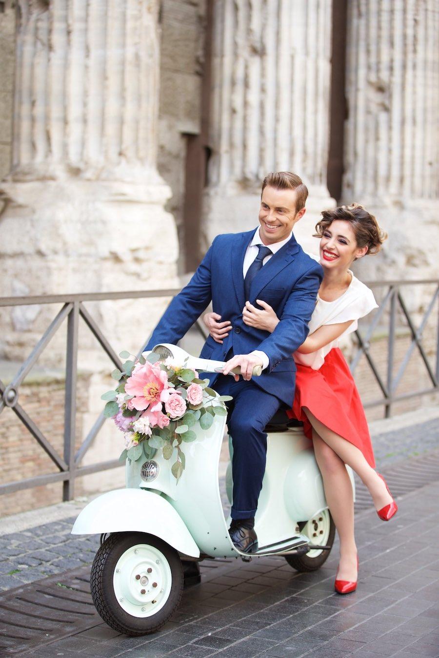 Matrimonio In Vespa : Un engagement session ispirata a vacanze romane wedding