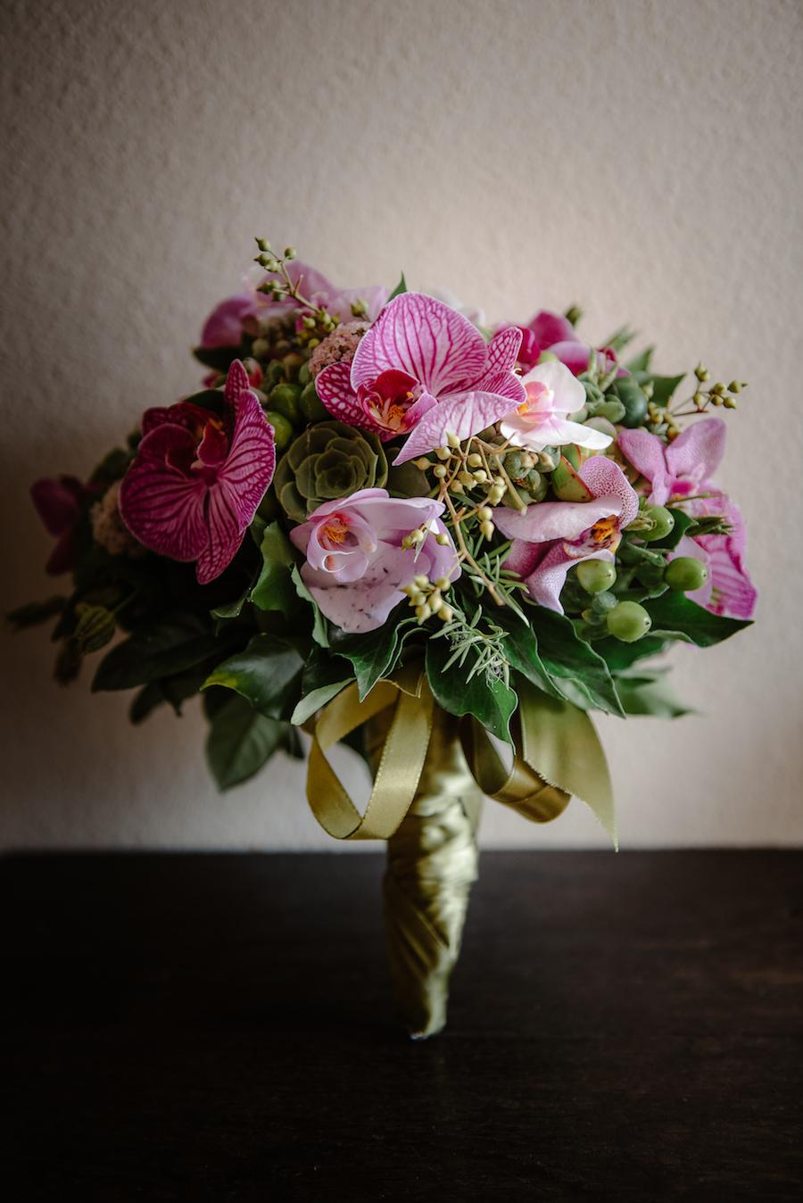 bouquet con orchidee fucsia e succulente