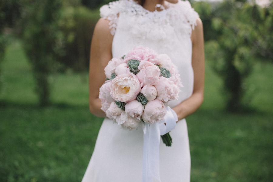 bouquet con peonie e succulente per matrimonio in primavera