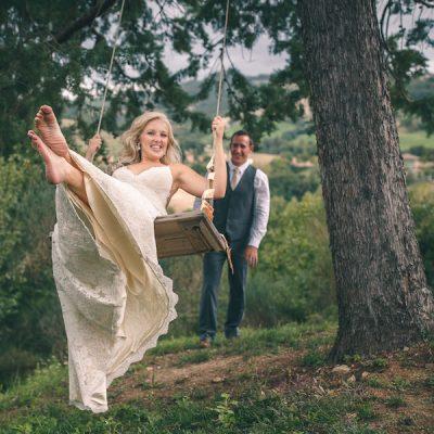 Un matrimonio rustico tra rami di ulivo e bouquet fai da te
