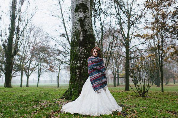 Tre bouquet e un abito in pizzo per la sposa d'autunno