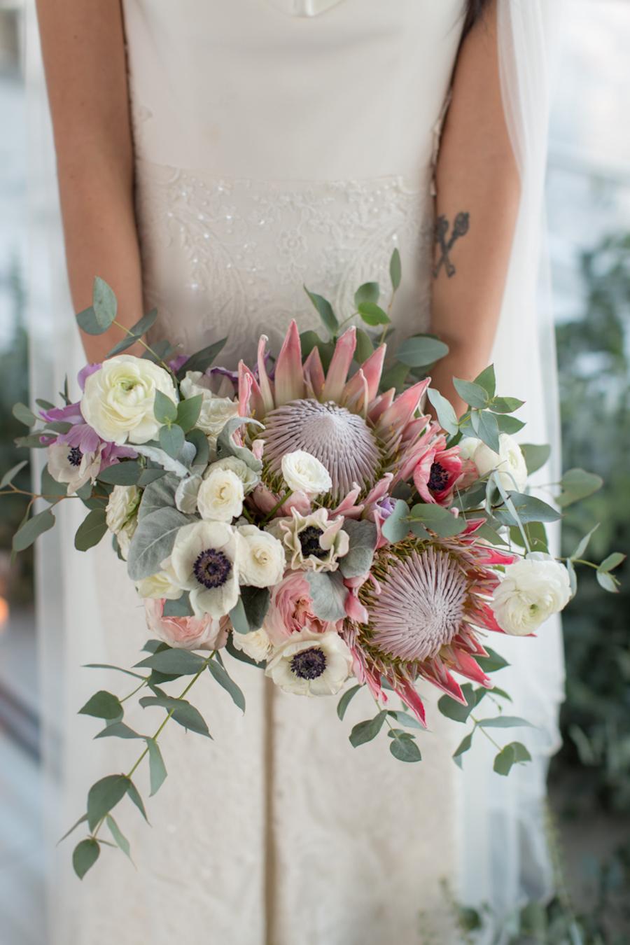 bouquet con protee,anemoni, ranuncoli
