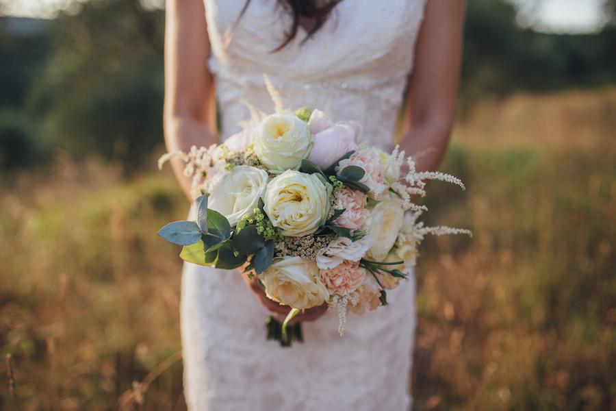 bouquet di peonie, rose inglesi e astilbe