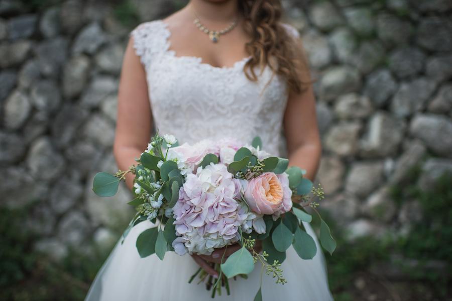 bouquet con con peonie, ortensie e foglie di eucalipto